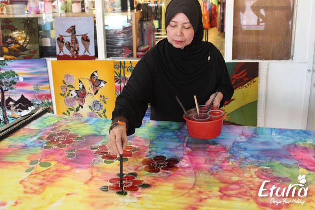 Diversitate - Femeie care picteaza