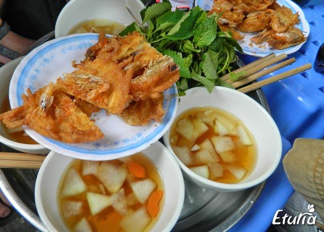 mancare pe strada in Hanoi