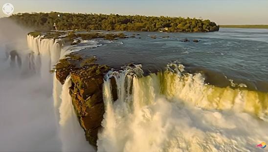 Un zbor deasupra Cascadei Iguazu